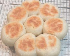 自宅で自作のパンを焼いてみたいけど、パン焼き器もオーブンも持っていないという方にぜひおススメのレシピです。何と炊飯器とフライパンだけで簡単にパンが焼けちゃうのです。果たしてどんなレシピで、どんな出来栄えとお味だったのでしょうか・・・(新宿のグルメ・カフェ)
