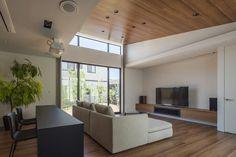 傾斜天井の広々リビング(『高松の家』中庭を囲む平屋住宅) - リビングダイニング事例|SUVACO(スバコ)