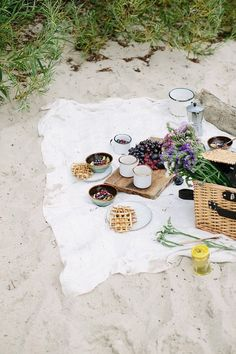 Waffles with fried eggs and caramelised chanterelles plus fruit porridge for a perfect breakfast on a beach Picnic Time, Summer Picnic, Picnic Parties, Picnic At The Beach, Beach Picnic Foods, Summer Beach, Summer Days, Spring Summer, Comida Picnic