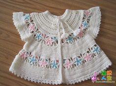 crochelinhasagulhas: Casaquinho branco com flores em crochê