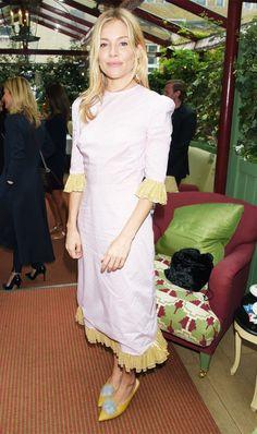 Sienna Miller Style The Vampire's Wife Dress and those shoes ! Estilo Sienna Miller, Sienna Miller Style, Jack White, Alexa Chung, Flattering Dresses, Nice Dresses, Women's Dresses, Long Dresses, Celebrity Dresses