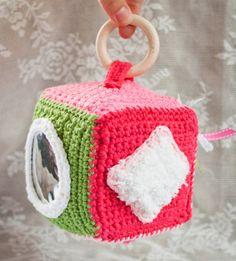 Bij deze kubus kan de baby in het spiegeltje naar zichzelf kijken en voelen aan de stofjes.