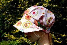 Dieser Sonnenhut in Form einer Schirmmütze passt zum Frechdachs genauso gut wie zur Prinzessin.   Durch ein eingenähtes Gummiband im Nacken wächs...