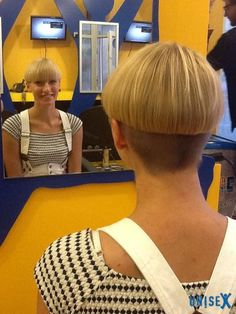 bowl cuts, blond bowl, shorn napes and short cuts for women. Short Wedge Hairstyles, Short Bob Haircuts, Bob Hairstyles, Short Wedge Haircut, Shot Hair Styles, Curly Hair Styles, Bowl Haircuts, Shaved Nape, Corte Y Color