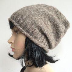 Bonnet slouchy Rubrique:Bonnets Commenter Mar 21 2015 Après un… Slouchy Beanie, Stockinette, Knitting Accessories, Knitted Hats, Knitting Patterns, Hat Patterns, Knit Crochet, Textiles, Bonnets