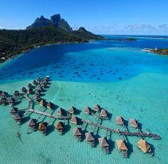 Bora Bora - Ilha do grupo das Ilhas de Sotavento do arquipélago de Sociedade na Polinésia Francesa. Os principais visitantes são originários dos EUA, Japão e Europa, em busca de expedições de mergulho para alimentação de tubarões e raias.