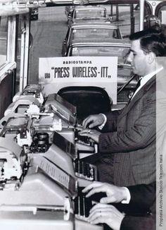 Operatori Radiostampa al lavoro all'interno di un ufficio mobile Telebus, 1965. (Fondo iconografico Radiostampa) - Radiopress operator at work in a mobile office Telebus, 1965 (Iconographic Fund Radiostampa)