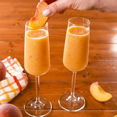 Frozen Peach Bellini - Adult Drinks - Eat Or Not Recipe Frozen Peaches, Cocktail Ginger Ale, Frozen Peach Bellini, Bebidas Detox, Alcohol Drink Recipes, Frozen Fruit, Yummy Drinks, Cocktail Recipes, Cocktail
