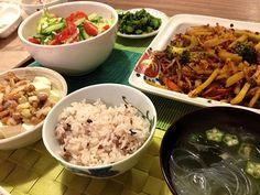延長番の晩飯はスピードが命 - 8件のもぐもぐ - 挽肉と野菜のカレー炒め、春雨オクラスープ、納豆豆腐、サラダ等 by junya