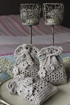 Yesterday I passed a Crochet Sachet, Crochet Drawstring Bag, Crochet Pouch, Crochet Purses, Thread Crochet, Crochet Gifts, Diy Crochet, Crochet Stitches, Mothers Day Crafts