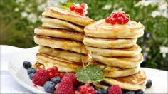 Amerikanernes berømte frokostpannekaker skal gjerne være små og tykke. Det norske bidraget på tallerkenen kan være sesongens friske bær. Tar du deg bryet, eller gleden, med å piske krem til måltidet, er alt klart for en søt augustaften.