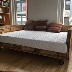 60 Stunning DIY Projects Pallet Sofa Design Ideas – Home Decoration Pallet Daybed, Diy Daybed, Diy Pallet Bed, Pallet Furniture, Daybed Couch, Daybed Ideas, Furniture Vintage, Plywood Furniture, Queen Daybed Frame