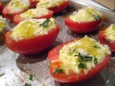 Essa receita não tem segredo e é facílima de fazer:   Ingredientes:  5 tomates maduros, porém firmes  300 grs. de mussarela ralada  1...