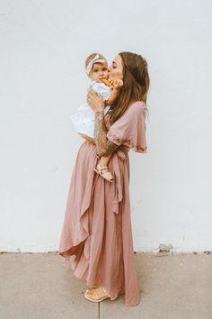 sweet mommy and me photo shoot | pink maternity dress | #maternitystyle #mamatobe #mommyandme Pinterest: @pointlesscries