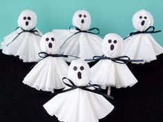 Looking for easy Halloween craft ideas? This round up of Halloween Crafts for Preschoolers has loads of ideas that you can do at home or in a school setting. Great craft ideas for Halloween class parties too! Spooky Halloween, Fun Halloween Treats, Halloween Crafts For Toddlers, Dollar Store Halloween, Cheap Halloween, Halloween Birthday, Halloween Activities, Kids Crafts, Halloween Decorations