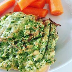 Broccoli toast holder  #michellekristensen #opskrift #broccolibrød #broccolitoast // INGREDIENSER:  4 store æg 1 broccoli hoved (uden stilk) 1 tsk salt 2 spsk fiberHUSK ½ tsk bagepulver 5 spsk fint mandelmel Broccoli brød til lækre vegetar burger eller noget helt andet måske. Sådan gør du:  Kør broccolihovedet helt fint i foodprocessoren. Hæld herefter massen over i en skål og rør de resterende ingredienser deri indtil det hele er rørt sammen til en fin masse. Fordel 10 klatter (smid en…