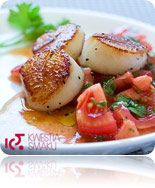 Scallops with tomato salsa, with tomatoes, garlic, olive oil, basil and parsley Salsa, Fish Recipes, Yummy Recipes, Scallops, Caprese Salad, Baked Potato, Basil, Seafood, Yummy Food