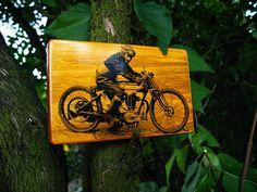 Motorcycle on wood. Zdjęcie motocykla na drewnie.