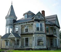 Abandoned house, Knightstown, Indiana. I would love to get my hands on this beautiful Victorian!