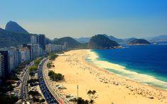 """A praia de Copacabana é comumente chamada de """"a princesinha do mar"""", e é uma das orlas mais bonitas da cidade."""
