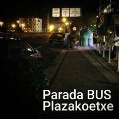 La parada de bus de #plazakoetxe 25 nov. 19:10. La luz que se ve a la derecha es pq estaba saliendo un coche. De normal esta OSCURO suele haber coches mal aparcados no hay donde taparse si llueve... Y si el autobús pasa por ahí y no ve a nadie parece ser que pasa de largo... Para que luego digan que no hace falta una marquesina e iluminación... Madre mía. Pasad pasad a verla vosotros mismos.  #marquesinasGDKO #Bizkaibus #plazakoetxe #gdkon #galdakao