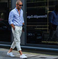 青シャツ,クロップドパンツ,白スニーカー,夏服メンズファッション着こなしコーデ