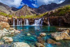 Ces « piscines des fées » se trouvent à Glen Brilltle, dans la partie méridionale de l'île de Skye, en Écosse. Il s'agit d'une suite de cascades et petits lacs dans lesquels l'on peut se baigner.