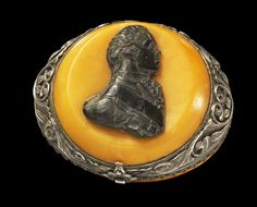Ovate tobacco box, made of amber, mounted on it a cameo of black stone showing the portrait bust of Tzar Paul I, the son of the Russian tzarina Katharina II. Russia, about 1800 A.D.
