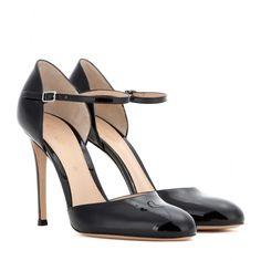 Gianvito Rossi - Mytheresa.com Exclusive Pumps aus Lackleder - Vom Experten für ultraelegante Schuhe, Gianvito Rossi, stammen auch diese schwarzen Pumps aus glänzendem Lackleder. Mit filigranem Knöchelriemen und einem schmalen Heel sind sie feminine Eyecatcher, die nicht nur das Cockteilkleid in eine neue Dimension katapultieren. seen @ www.mytheresa.com