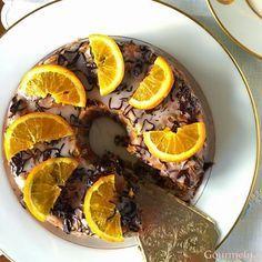 Ένα κέικ πολύ υγρό, που όταν το τρως νομίζεις ότι είναι σιροπιαστό. Η απαλή γεύση πορτοκαλιού δένει εξαιρετικά με τις σταγόνες κουβερτούρ...
