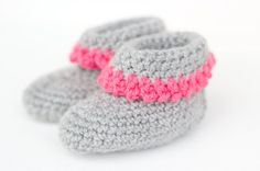 Baby Knitting Pattern With this guide, you can easily crochet baby shoes. Thanks to the video tutorial it works … Baby Knitting Patterns, Baby Patterns, Crochet Patterns, Crochet Baby Socks, Crochet Slippers, Crochet Pouch, Easy Knitting, Knitting For Beginners, Knitted Blankets