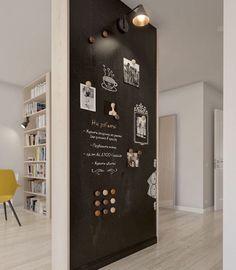 pan de mur en peinture tableau noir, parquet clair, bibliothèque en bois, peinture ardoise magnétique aimantée