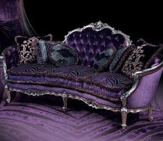 Uaw! Puro luxo. Um sofá super roxo de veludo.  Purple Sofa, I think is so! nice and unique, a living room with a piece like this would look incredible.