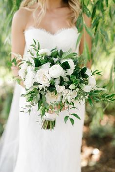 Green + white bouquet | Photography: Mango Studios