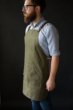 Maker's Apron with leather suspenders - BLACK duck canvas Cool Aprons, Aprons For Men, Chef Dress, Barista, Shop Apron, Leather Suspenders, Leather Apron, Sewing Aprons, Apron Designs