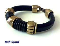 Pulsera de cuero regaliz y zamak de color bronce. Regaliz leather bracelet with zamak pieces.