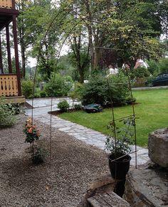 Rosebue av armeringsjern og bambusstenger Villa, Patio, Outdoor Decor, Plants, Tips, Home Decor, Homemade Home Decor, Yard, Advice