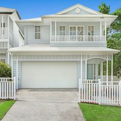 We explore how the Hamptons-style is reinventing the classic Queenslander home, and how you can get the 'new' Queenslander look. Hamptons Style Homes, Hamptons House, The Hamptons, American Style House, American Houses, Bungalows, Estilo Hampton, Brisbane Architecture, Design Exterior