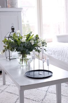 Coffee Table Styling, Decorating Coffee Tables, Cosy Home Decor, Entrance Hall Decor, Table Diy, Boho Living Room, Living Room Decor, White Decor, Plant Decor