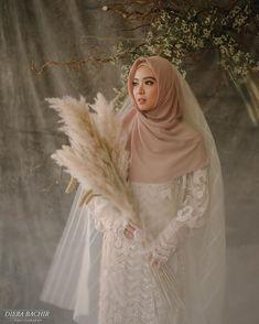 Ideas for decor wedding muslim Muslim Wedding Gown, Wedding Abaya, Muslimah Wedding Dress, Muslim Wedding Dresses, Muslim Brides, Muslim Couples, Bridal Hijab, Hijab Bride, Pre Wedding Photoshoot
