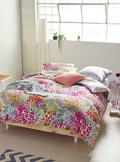 Housse de couette pour ma chambre à coucher. Avec murs bleus marine. L'ensemble housse aquarelle Giverny | Simons