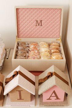 No quarto de Maria na maternidade, dispomos ossanduíches daFina Farinha em uma caixa forrada de tecido com um M bordado.