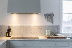 Köket utan överskåp, bänkskiva och stänkskydd i Carrara. www.nerostein.se