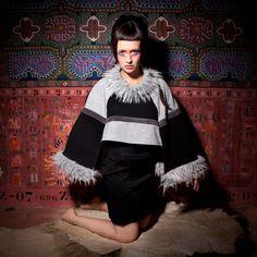PONCHO DOUZO :  Avec ses influences mongole, vous serez transportée aux confins du bien être, enveloppée de votre poncho préféré ! / Photo : Sophie Gisclard / Mannequin : Pascale Carol / Maquillage : Mademoiselle M / Styliste : Pascale Carol /Peinture : Luc Schnerb  /