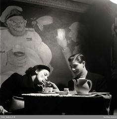 """Ungt par vid ett cafébord, Stockholm, 1948. (Hon, så glamorös!) """"Ungdomar tillbringar sin lediga kväll på konditoriet. Ur radiogrammofonen strömmar eggande dansmusik."""" :) Foto: K W Gullers."""