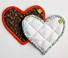 Heart-shaped potholder {attaching bias tape tutorial}