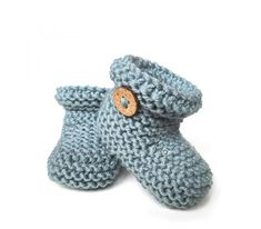 Knitted Baby Booties – Easy Pattern & Tutorial, Knitted Baby Booties -Two needle EASY Knitting Pattern & tutorial. Knitted Baby Boots, Knit Baby Shoes, Knit Baby Booties, Knitted Headband, Crochet Boots, Easy Baby Knitting Patterns, Baby Cardigan Knitting Pattern Free, Baby Hats Knitting, Beanie Pattern