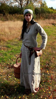 Very plain, clearly designed for functionality. *** This early medieval linen dress, is universal for the Vikings and Slavs or any others reenactors. Based on medieval iconography and archaeological finds from Europe. Medieval Dress, Viking Dress, Viking Costume, Medieval Fashion, Medieval Fantasy, Celtic Clothing, Medieval Clothing, Gypsy Clothing, Historical Costume