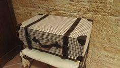 DIY. La idea de hoy es decorar estancias de nuestro hogar volviendo años atrás. Os propongo una maleta de las que les veíamos a nuestros abuelos, para darle calor a una estancia. Con cartón y tela mira lo que puedes hacer.