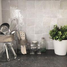 Zellige Soft White Kitchen Stove, Kitchen Backsplash, Handmade Kitchens, Indoor Outdoor Living, Küchen Design, Home Decor Styles, Frames On Wall, Wall Tiles, Sweet Home